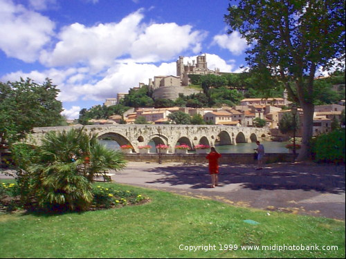 The Old bridge and Beziers old town above